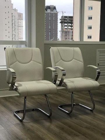 Conjunto de Cadeiras Couro Ecológico Brancas p Escritório - Novas - Foto 6