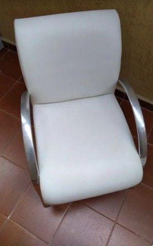 Poltrona couro tok stok usada branca - Foto 3