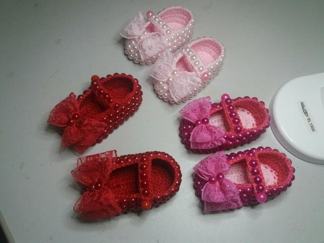 Ariquemes sapatinhos para bebê feitos de croche com pérolas
