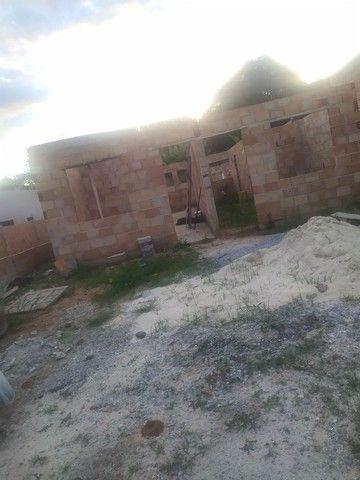 Casa semi pronta com fundações e muros levantandos  - Foto 2