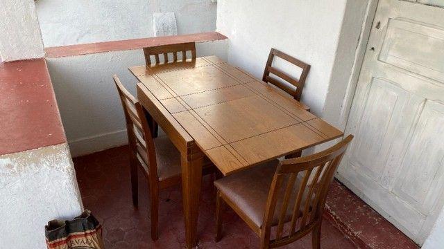 Mesa expansível de madeira com 4 cadeiras