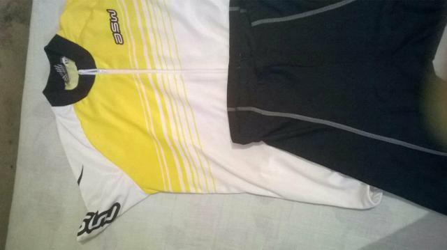 Short e camiseta de ciclismo
