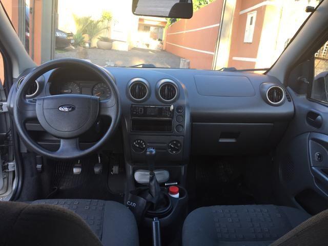 Fiesta 1.0 2004 com direção e vidro - Foto 9