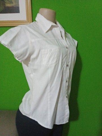 Camisas Femininas Brancas - Tamanho P - Foto 2
