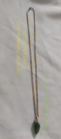Vende-se Corrente Prateada com Dourado com Pingente de Quartzo Verde.