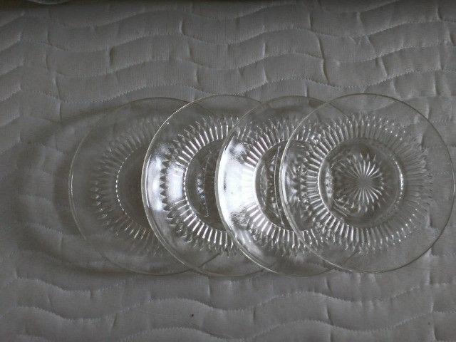 Pratos de vidro trabalhado antigos de sobremesa. - Foto 3