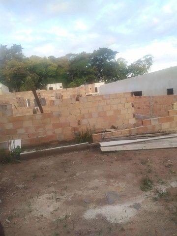 Casa semi pronta com fundações e muros levantandos  - Foto 4
