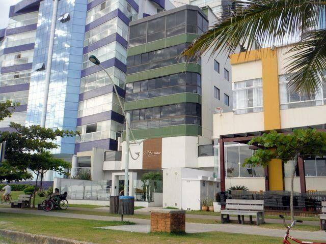 Apartamento em Meia Praia - prédio de frente ao mar