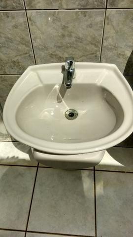 Pecas de banheiro com torneira, cor cinza