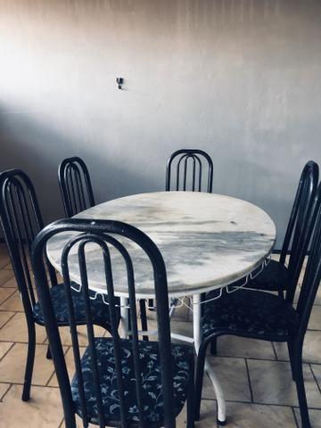 Mesa oval de granito com 6 cadeiras