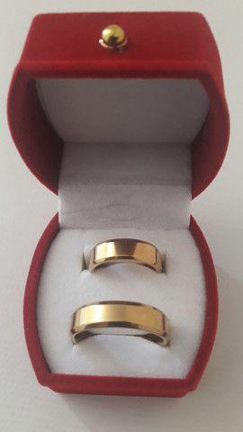 Par de alianças namoro ou casamento de aço cirúrgico - Foto 2