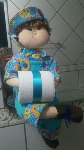Bonequinho porta papel higiênico.