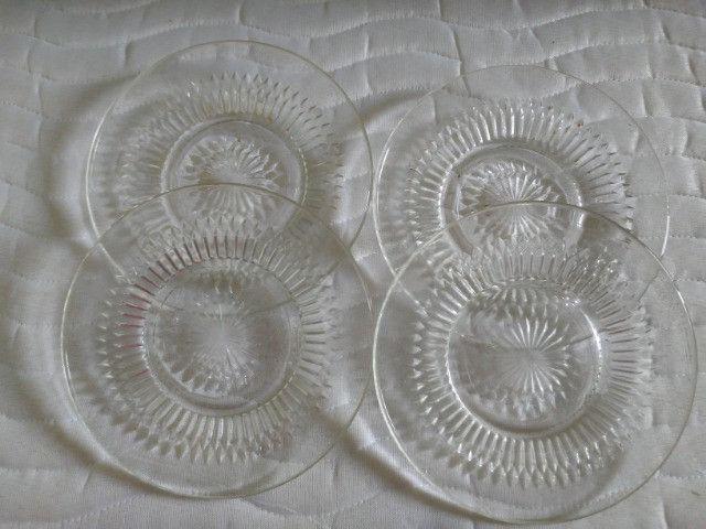 Pratos de vidro trabalhado antigos de sobremesa.