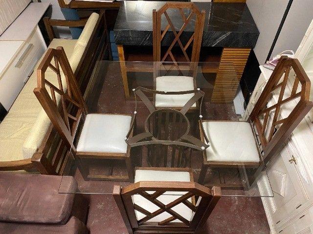 Mesa de jantar seminova com 4 lugares, madeira maciça - Foto 2
