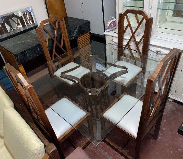 Mesa de jantar seminova com 4 lugares, madeira maciça