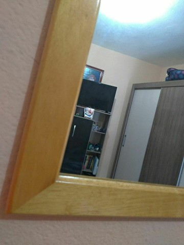 Ótimo espelho com moldura de madeira  - Foto 2