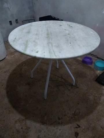 Mesa redonda com tampo de mármore