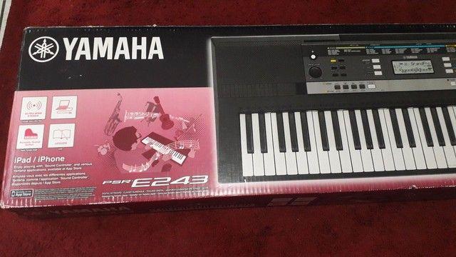 Teclado Yamaha e243 (  fonte, tripé, caixa original, capa, manual) - Foto 6