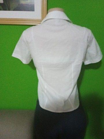Camisas Femininas Brancas - Tamanho P - Foto 5
