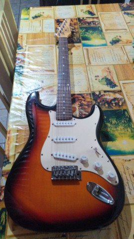 Guitarra Condor e caixa amplificador de som