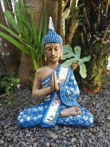 Buda em gesso com detalhes em espelhos para decoração