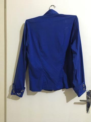 Blusa azul com ilhoses