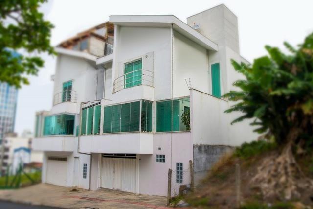 Lindo sobrado no bairro Ariribá em Balneário Camboriú 2 suítes e 2 vagas de garagem