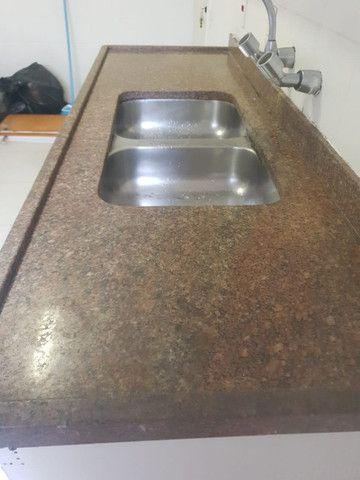Pedra e armario de cozinha e torneira - Foto 3