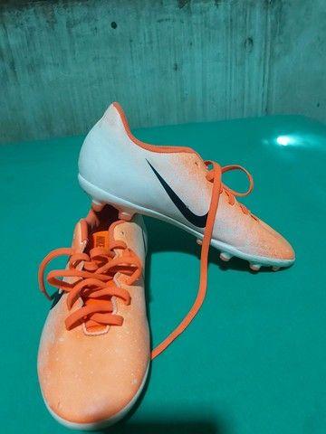 Desapegor sapato de dois sapatos de futsal e um de campo os três da Nike original - Foto 2