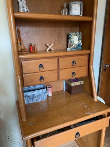 Escrivaninha usado com gavetas e prateleiras