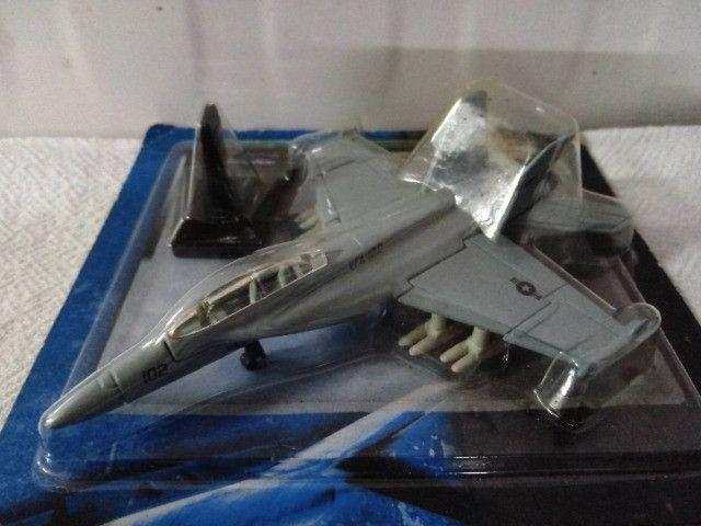 Miniatura de Avião de Metal FA 18E - Super Hornet da Maísto
