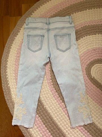 Calça jeans zara, tamanho 3 anos com bordado nas laterais ! - Foto 2