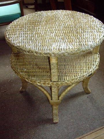 Belíssima e antiga mesa lateral / mesa auxiliar em rattam, Armando Cirello.