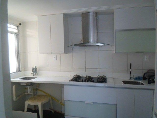 2/4 serviço e varanda, porcelanato, armários e ar condicionado - Foto 3