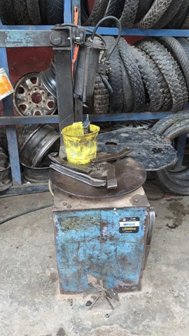 Desmontadora de pneu pistão na vertical 3 garras - Foto 2