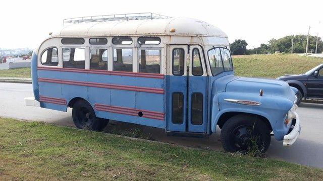 Ônibus antigo Jardineira Chevrolet 1957