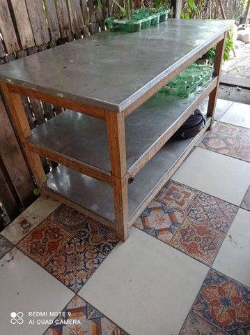 Mesa de inox com estrutura de madeira