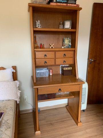 Escrivaninha usado com gavetas e prateleiras - Foto 5