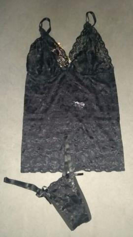 Camisete preta de renda com calcinha fio dental