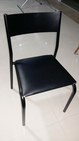 Mesas de madeira e cadeiras de ferro