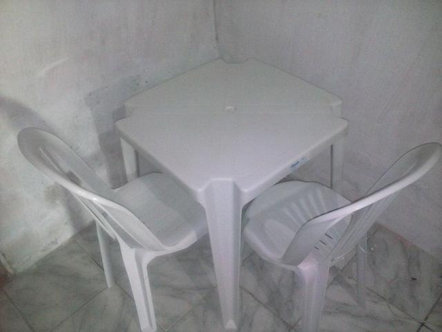 Mesa de plástico R$ 90,00 com as 4 cadeiras