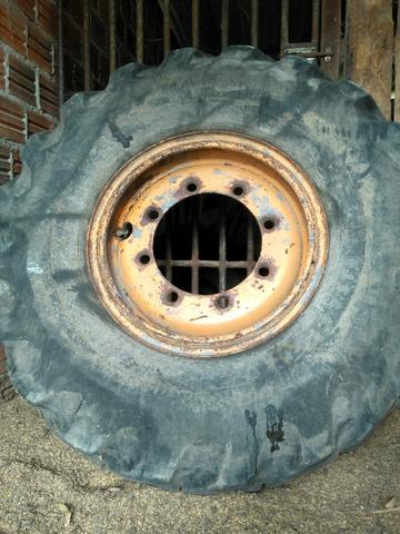 Roda e pneu de retroescavadeira case H