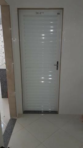 Porta veneziana toda fechada em aluminio branca