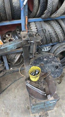 Desmontadora de pneu pistão na vertical 3 garras