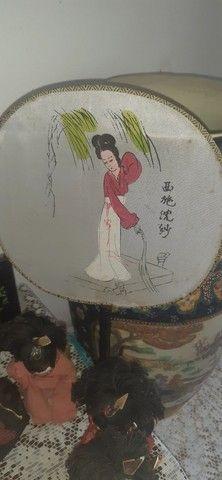 sete bonecas antigas japonesas com biombo e  leques - Foto 5