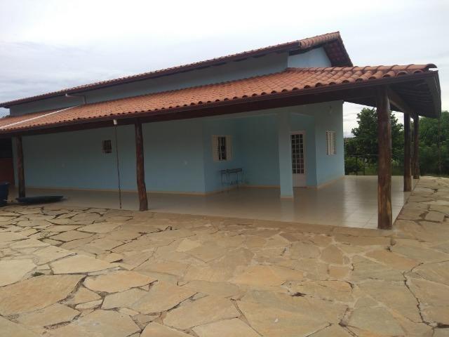 Allmeida vende bela casa com três quartos no Condomínio Mansões Entre Lagos
