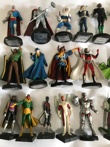 Action figures miniaturas metálicas da Marvel e DC