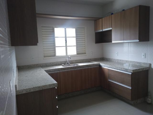 Allmeida vende bela casa com três quartos no Condomínio Mansões Entre Lagos - Foto 8