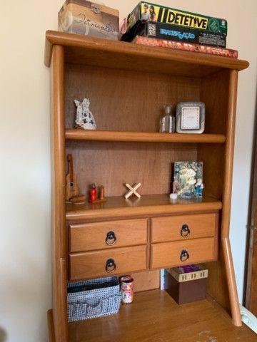 Escrivaninha usado com gavetas e prateleiras - Foto 3