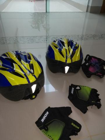 Vendo 2 capacetes e 2 pares de luvas
